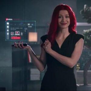 Kvinna med rött långt hår som spelar frontfiguren för Maria Casino