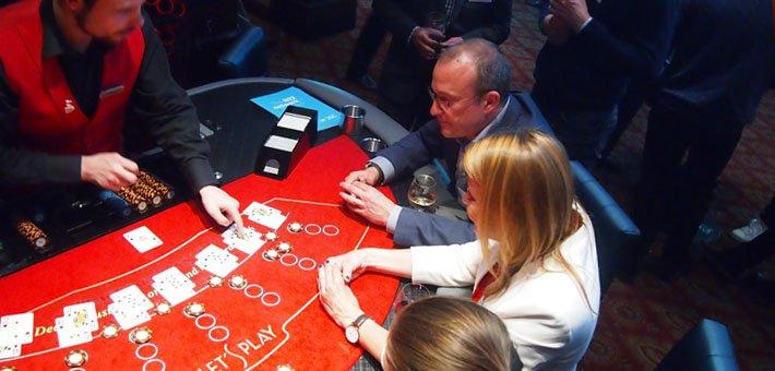 spelare i casino cosmopol spelar blackjack vid bordet