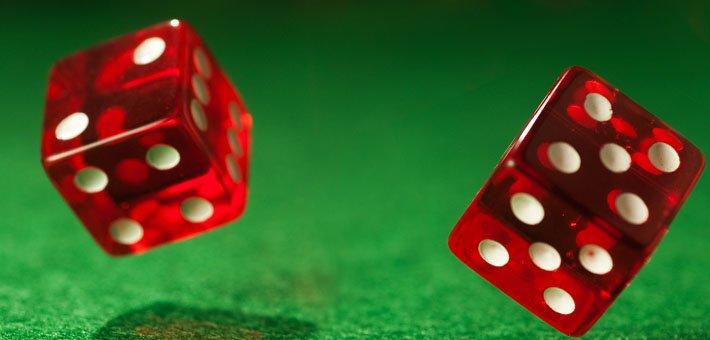 två röda tärningar visar 2 och fem på scrapsbordet