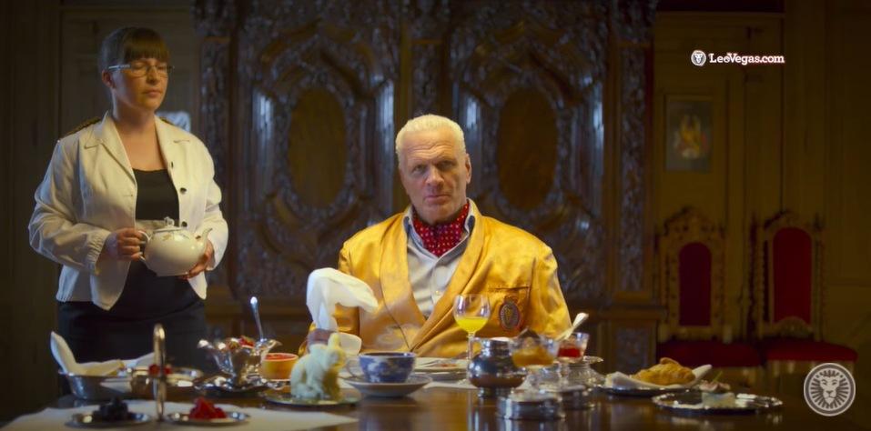 Frank Andersson medverkar i leovegas-reklam med en gul kostym