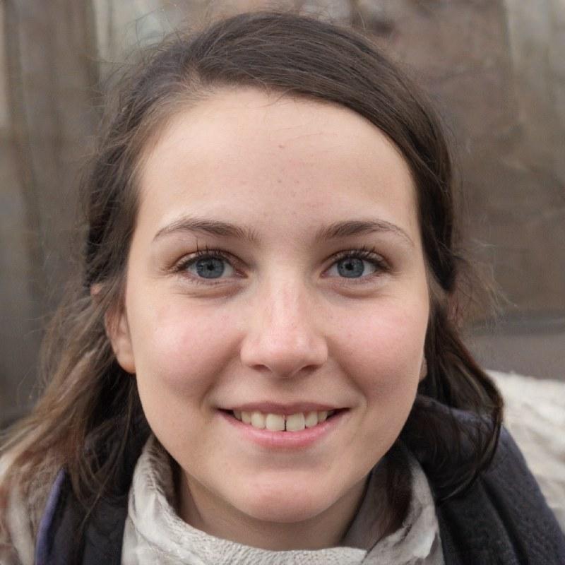 profilbild på en ung brunett med långt hår och vinterkläder