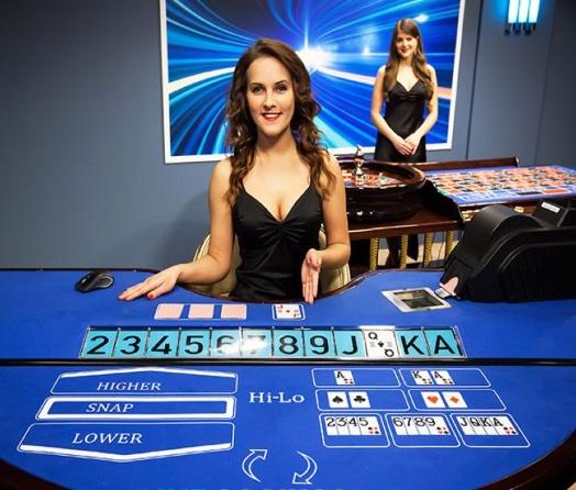 hi-lo spel online med kvinnlig live dealer