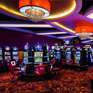 inne i ett landbaserat casino med dämpad belysning och massor av slotmaskiner